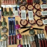 palette de 500 pièces de cosmétiques de marques l' Oréal et Maybelline, fond de teint, fard à paupières, crayons pour les yeux, vernis à ongles, gloss, rouge à lèvres, mascaras..