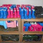 lot de 160 paires de bottes en caoutchouc pour adultes et enfants