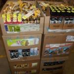 lot d'environ 2500 pièces de mercerie lacets, cirages, semelles, lingettes…..